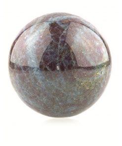Robijn in Kyaniet 50-55 mm edelsteen bol